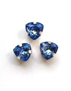 Триллиант в серебристых цапах качество люкс, 7 мм., цвет 116, сапфир