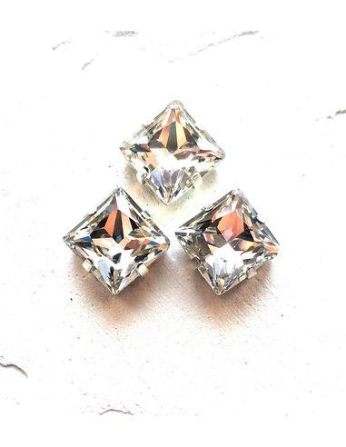 Квадрат в серебристых цапах качество люкс, 10 мм., цвет 101, кристалл